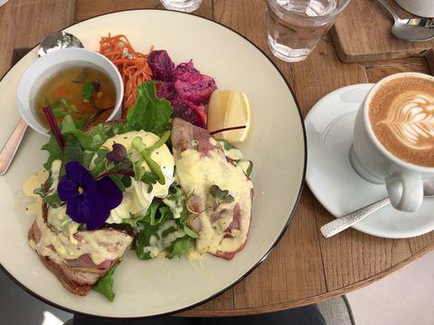 Me's CAFE & KITCHEN at METoA Ginzaのエッグベネディクトランチ