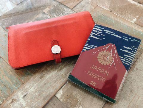<p>お財布は長財布が私のスタンダード。ジッパーポケットが複数デザインされていているような、機能的なものが好みですね。パスポートケースは、収納すると赤富士が現れるユニークなデザインで気に入っています。</p>