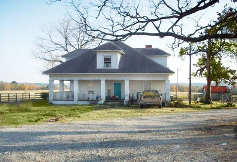 9 Country Music Stars Share Photos of the Houses Where They