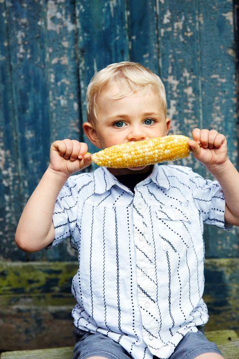 Food, Vegetable, Eating, Cuisine, Sweet corn, Corn kernels, Sitting, Food craving, Biting, Corn,