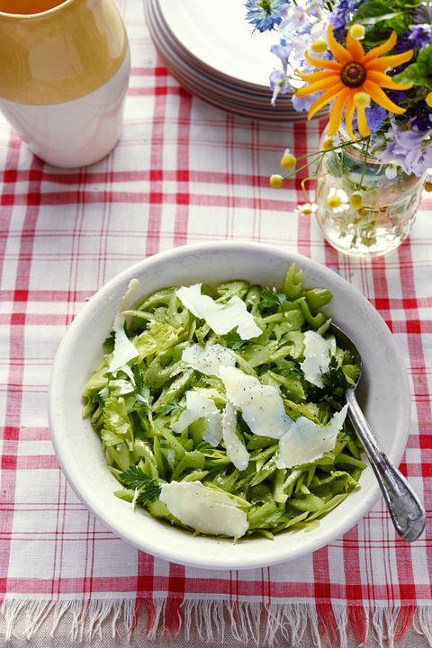 Serveware, Dishware, Food, Ingredient, Leaf vegetable, Flower, Vegetable, Bouquet, Petal, Tableware,