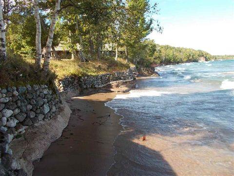 Body of water, Coastal and oceanic landforms, Coast, Shore, Bank, Rock, Bay, Ocean, Beach, Watercourse,