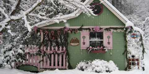 decorating a small home for the holidays sound like a big challenge but these tiny houses sheds and trailers abound with immeasurable christmas cheer - Decorating A Small Home For Christmas