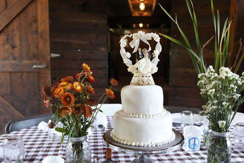 Serveware, Petal, Flower, Cake, Dessert, Baked goods, Cake decorating, Bouquet, Floristry, Dishware,