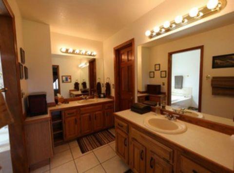 fb31b8fe25d 5 Brilliant Design Ideas From This Elegant Farmhouse Bathroom ...