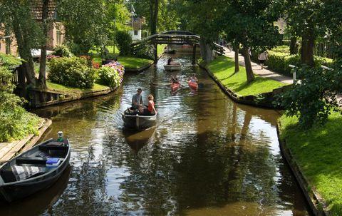 Body of water, Waterway, Watercraft, Channel, Canal, Boat, Reflection, Bank, Watercourse, Garden,