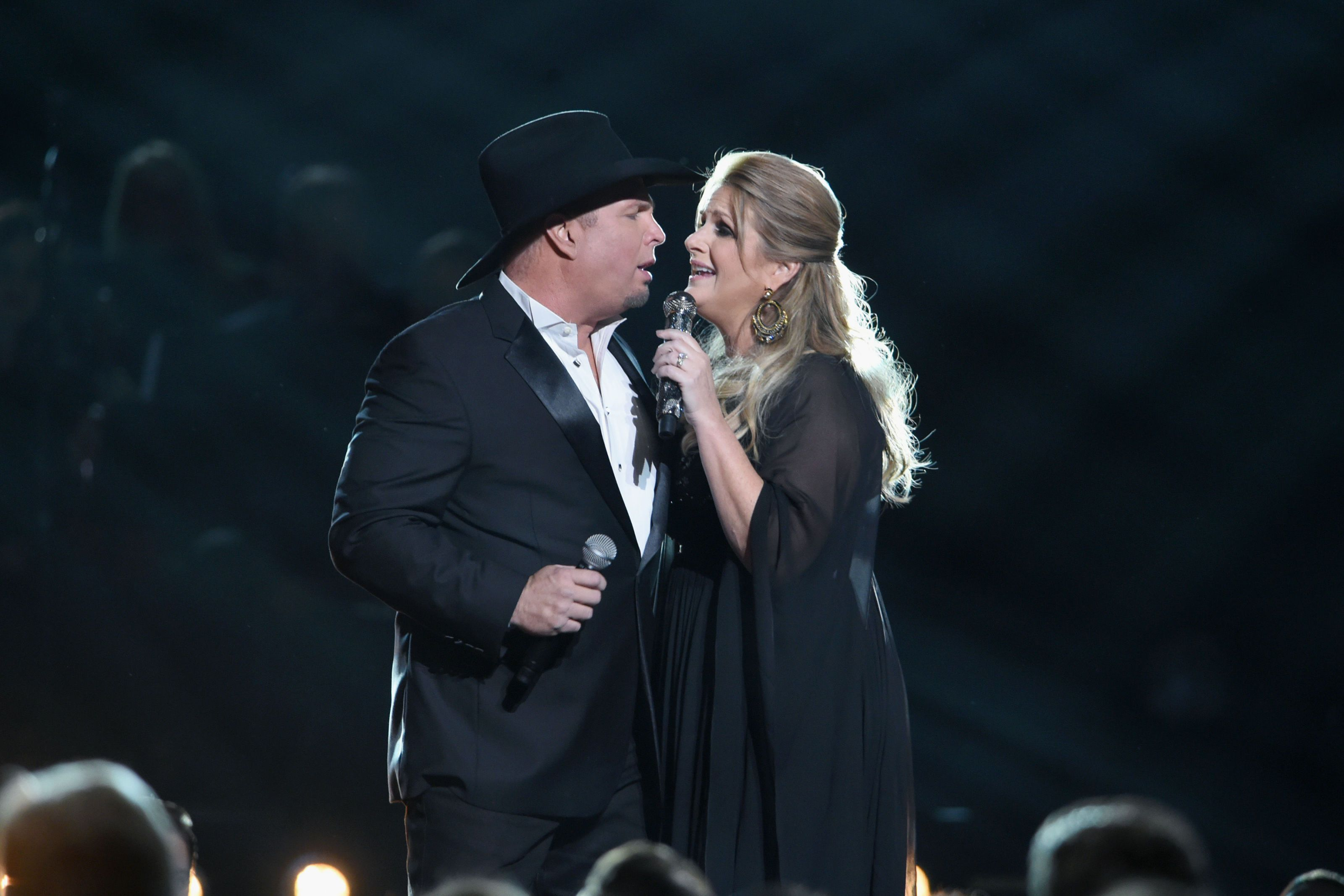 Garth Brooks and Trisha Yearwood Perform Duet at CMAs 2016 - Country ...