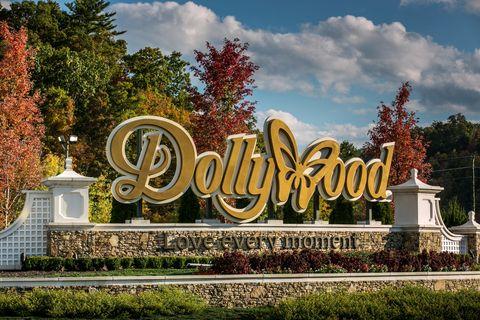 dollywood evacuates cabins as gatlinburg wildfire rages in