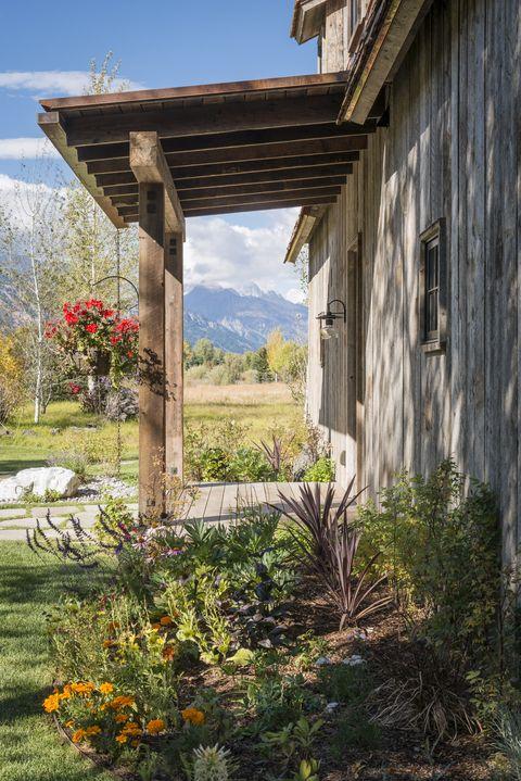 barn-inspired guest house outside