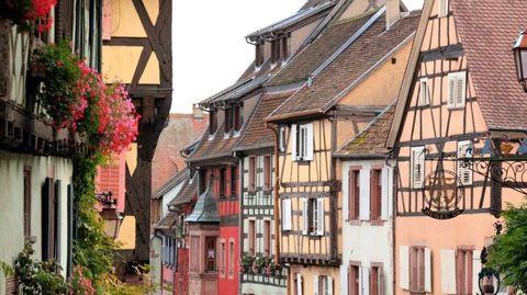 Neighbourhood, Town, Facade, Building, House, Residential area, Real estate, Fixture, Street, Balcony,