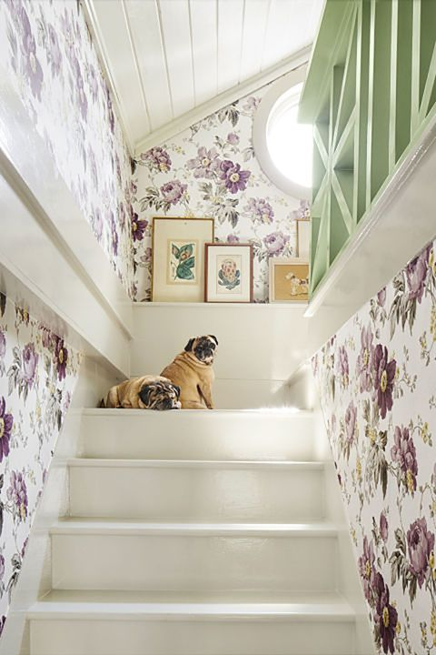 Chic Ways To Decorate Your Staircase Wall: Beautiful Ways To Decorate A