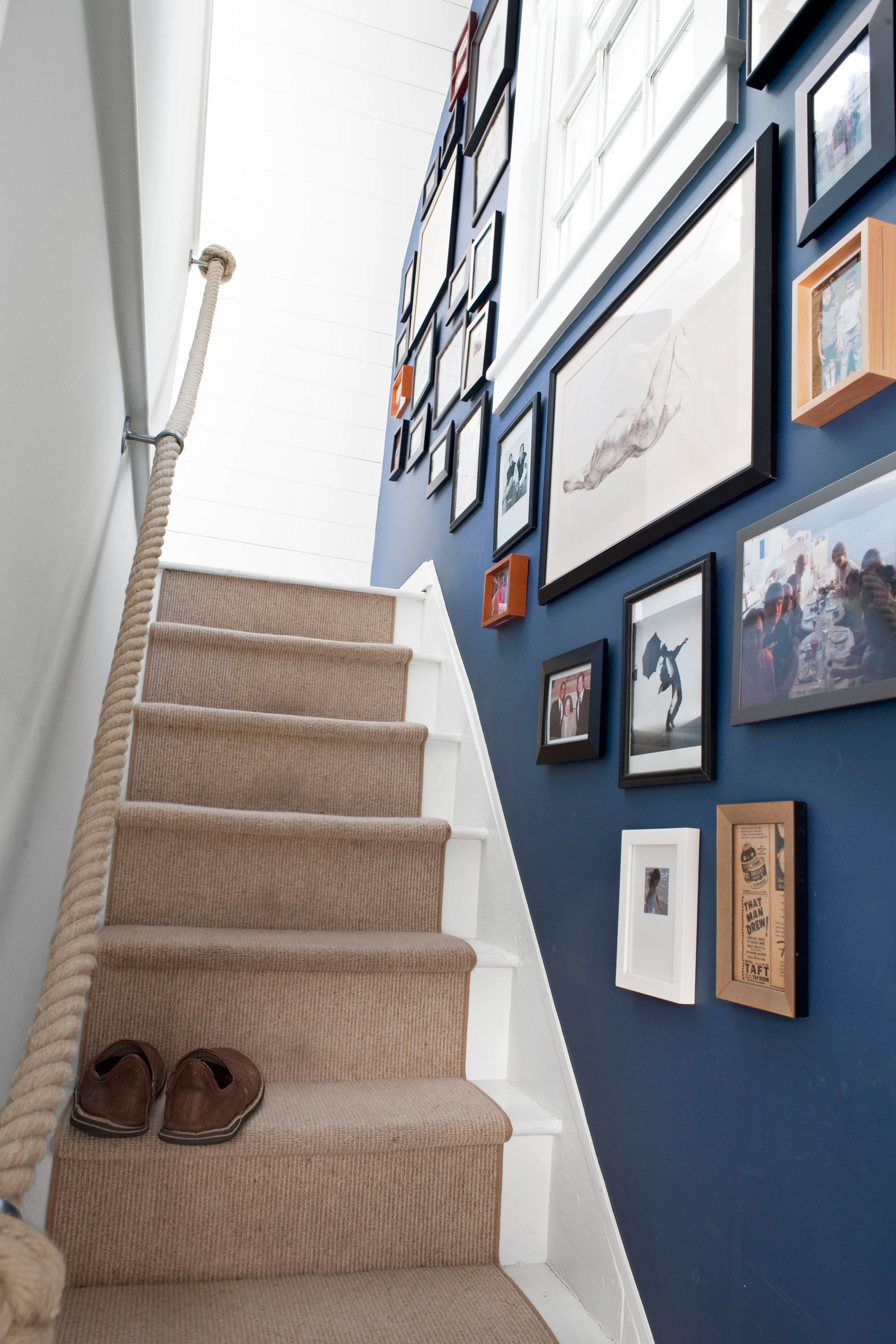 Narrow Stairway Decorating Ideas