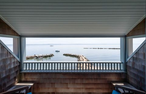 Property, Roof, Architecture, Balcony, Daylighting, Deck, House, Room, Building, Window,