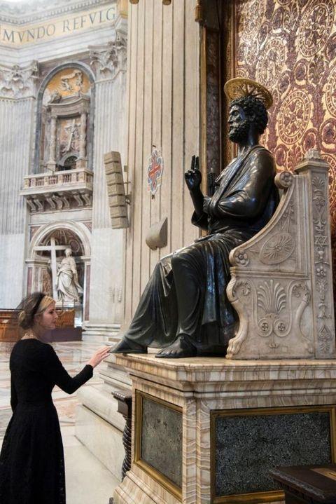 Statue, Sculpture, Monument, Art, Classical sculpture, Architecture, Carving, Stone carving, Bronze sculpture, Sitting,