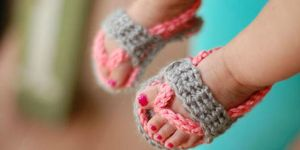 Crochet flip flop design by blogger of Whistle & Ivy