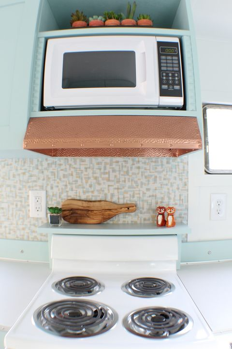 Room, Kitchen, Microwave oven, Home appliance, Kitchen appliance, Small appliance, Countertop, Tile, Major appliance, Furniture,