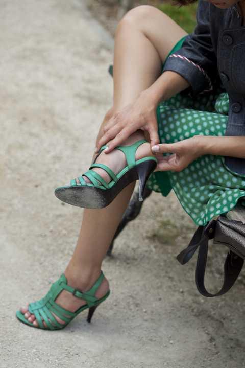 Human leg, Leg, Green, Footwear, Thigh, Calf, Ankle, Shoe, Foot, Sitting,