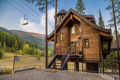 Property, House, Tree, Mountain, Log cabin, Home, Building, Sky, Cottage, Architecture,