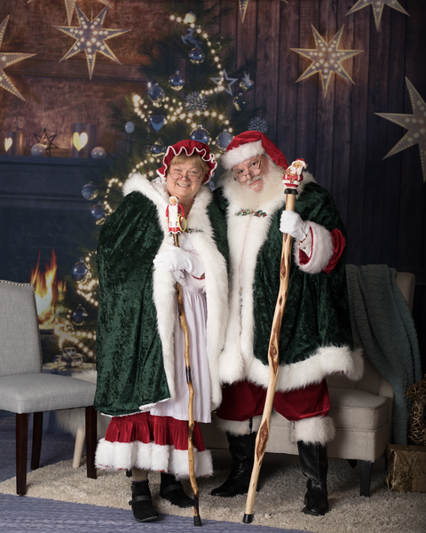 6708f9c276 Couple Changes Their Names to Santa and Merry Christmas Claus - Real ...