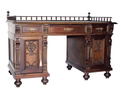 - Walnut Keyhole Desk: What Is It? What Is It Worth?