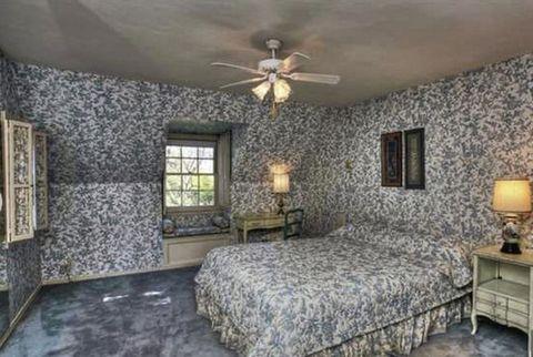 Bed, Wood, Room, Interior design, Lighting, Floor, Wall, Property, Bedding, Bedroom,