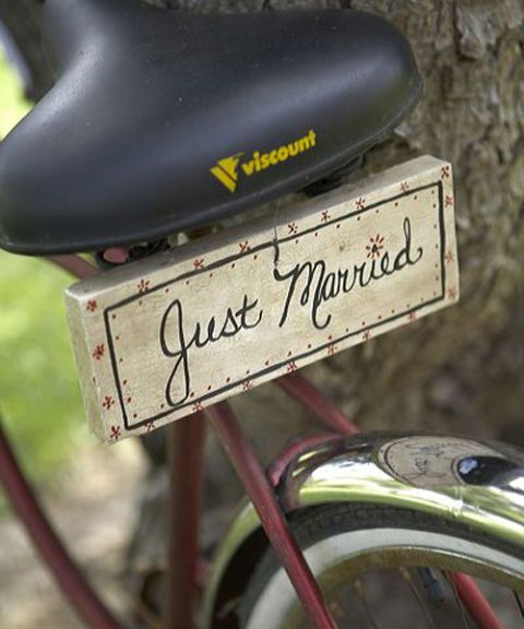 bicycle with just married wooden plaque