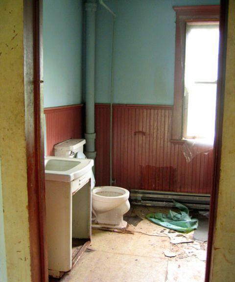 11 bathroom makeovers pictures and ideas for bathroom for Old farmhouse bathroom ideas