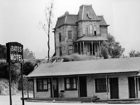 exterior view of the bates motel and house from the movie psycho