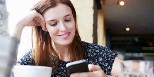 Vrouw kijkt op mobiel