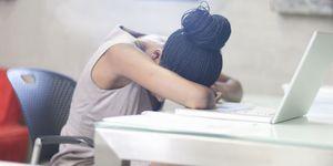 Slapen op bureau
