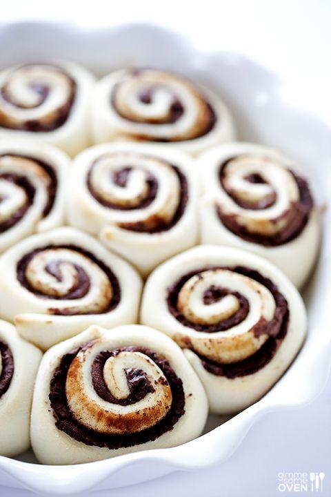 """Hier draaien wij onze hand niet voor om. (<a href=""""http://www.gimmesomeoven.com/nutella-cinnamon-rolls-recipe/#_a5y_p=2134512"""">BRON</a>)"""