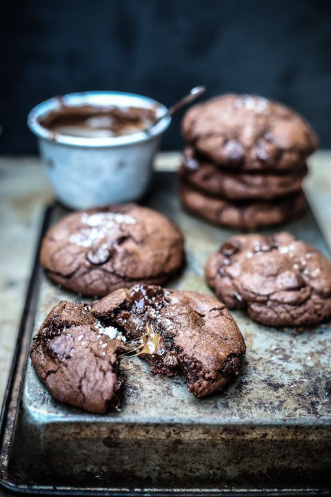 "Een recept om je in vast te bijten. (<a href=""http://www.topwithcinnamon.com/2013/09/twc-feat-sorted-video-salted-caramel-nutella-stuffed-double-chocolate-chip-cookies.html"">BRON</a>)"