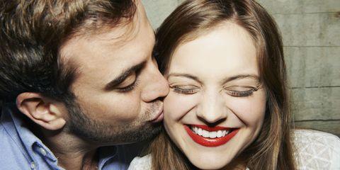 Koppel kus op wang