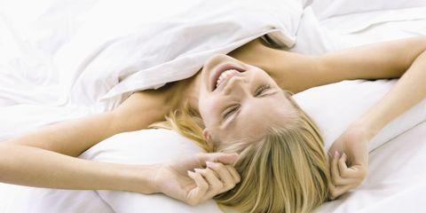vrouw blij in bed