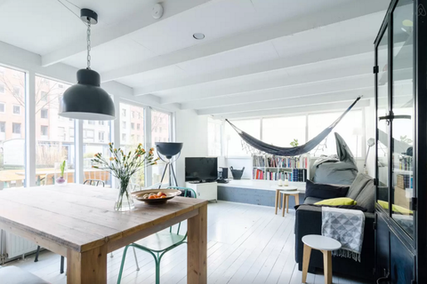 """<p>Amsterdamser kan bijna niet: overnacht op een prachtig ingerichte woonboot in Amsterdam West. €100 per nacht via <a href=""""https://www.airbnb.com/rooms/10025912?s=H_EIK9UT"""" target=""""_blank"""">Airbnb.com</a>.</p>"""