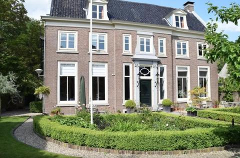 "<p>Waan je als Marie Antoinette in dit Frans-esque ingerichte herenhuis in Utrecht. €120 <a href=""https://www.airbnb.com/rooms/6734221?guests=2&s=riJxjV1d"" target=""_blank"">per nacht</a>.</p>"