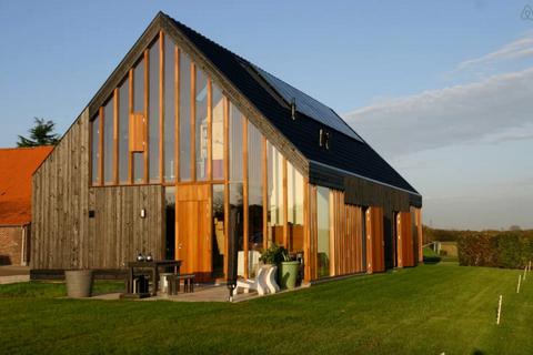 """<p>De Kemp bevindt zich in een prachtig natuurgebied in het oudste landschap van Nederland. De ultieme plek om te wandelen en fietsen. Aan de overkant van de Maas (te bereiken via een pontje) ligt nationaal park de Maasduinen. Hoe cool! €<a href=""""https://www.airbnb.com/rooms/4390133?guests=2&s=riJxjV1d"""" target=""""_blank"""">79 per nacht</a>.</p>"""