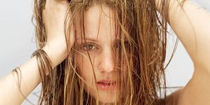 Could the 'no poo' method cause hair loss?  Going shampoo-free might do more damage than good - hair trends - Cosmopolitan.co.uk