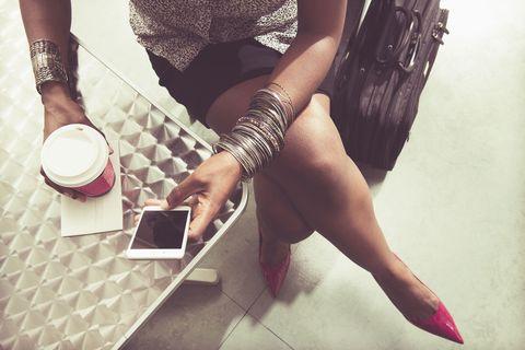 vrouw telefoon en koffie