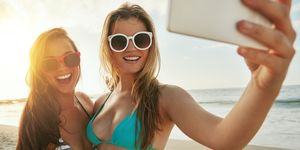 Vriendinnen maken selfie op het strand