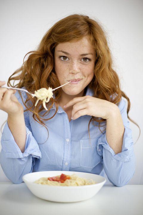 vrouw rood haar pasta