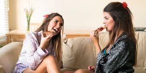 vrouwen eten pizza