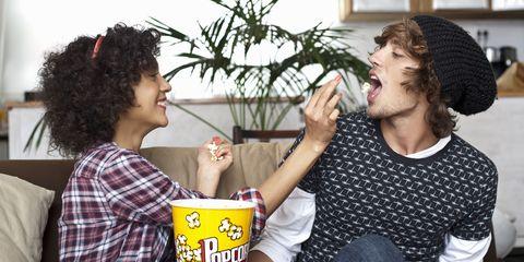 koppel gooit popcorn naar elkaar