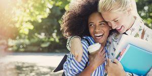 vriendinnen knuffel lachen studeren