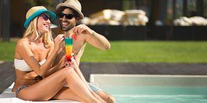koppel op vakantie bij zwembad