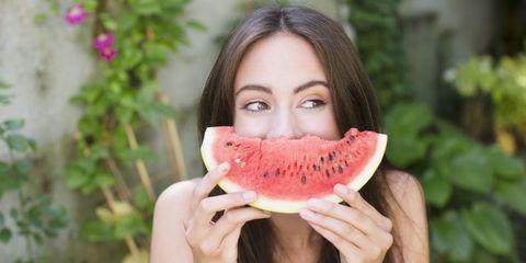vrouw lachen watermeloen fruit gezond eten