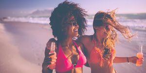 meisjes in bikini op het strand