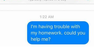 Politie-helpt-klein-meisje-met-huiswerk