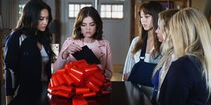 hints-over-ad-in-pretty-little-liars