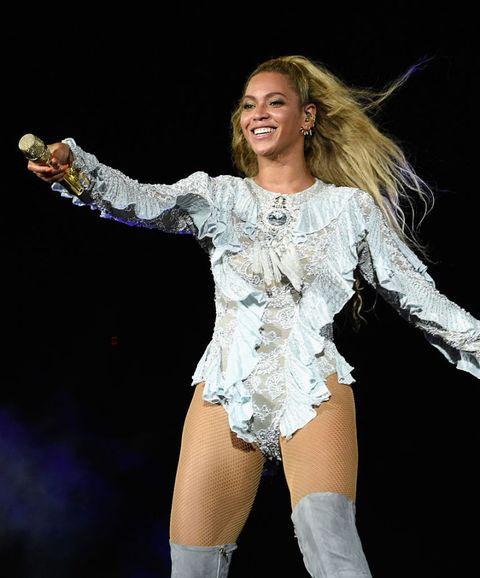 Performance, Thigh, Performing arts, Dancer, Leg, Human body, Fun, Event, Performance art, Talent show,